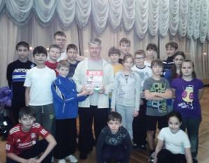 Артём Марченко с воспитанниками клуба УДЭ и книгой Военно-стратегическая игра Го